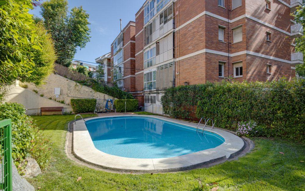 Para reformar con terraza y piscina comunitaria
