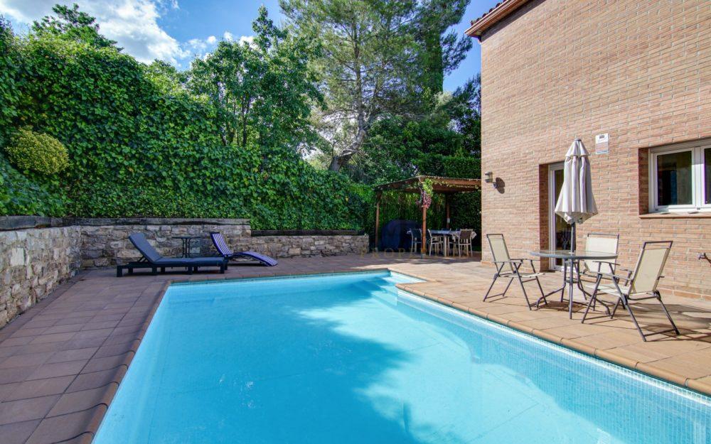 Bonita propiedad con jardín y piscina privada