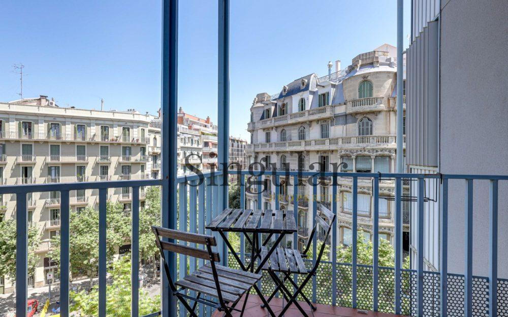 Vivienda alta con balcón en el Eixample