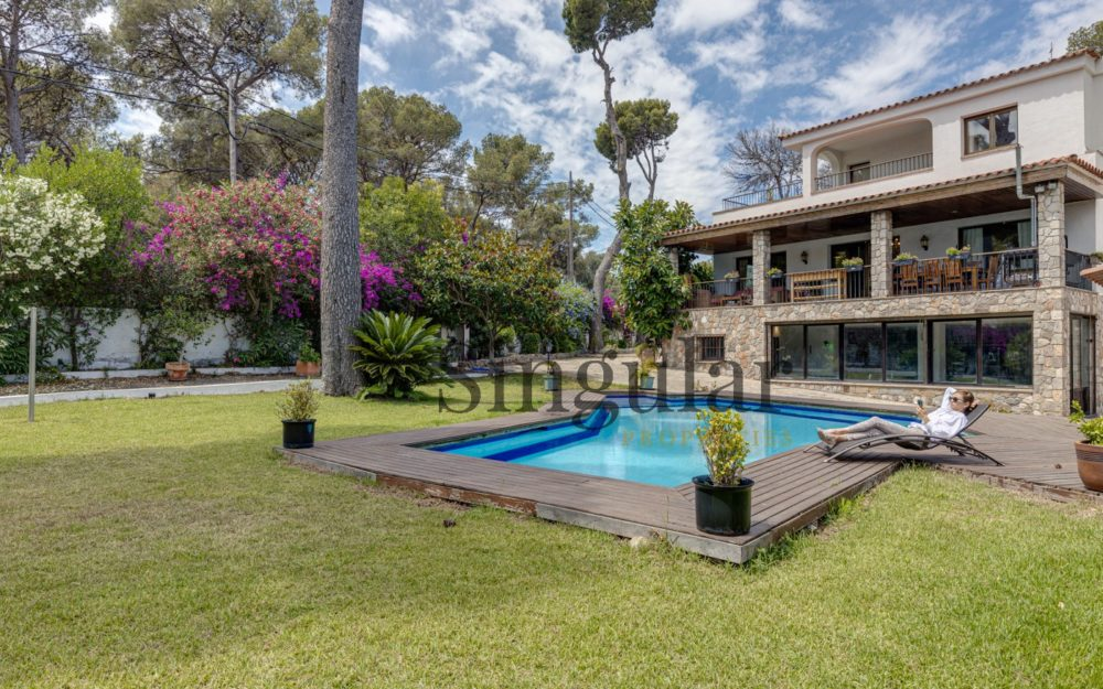 Impresionante rodeada de vegetación y piscina