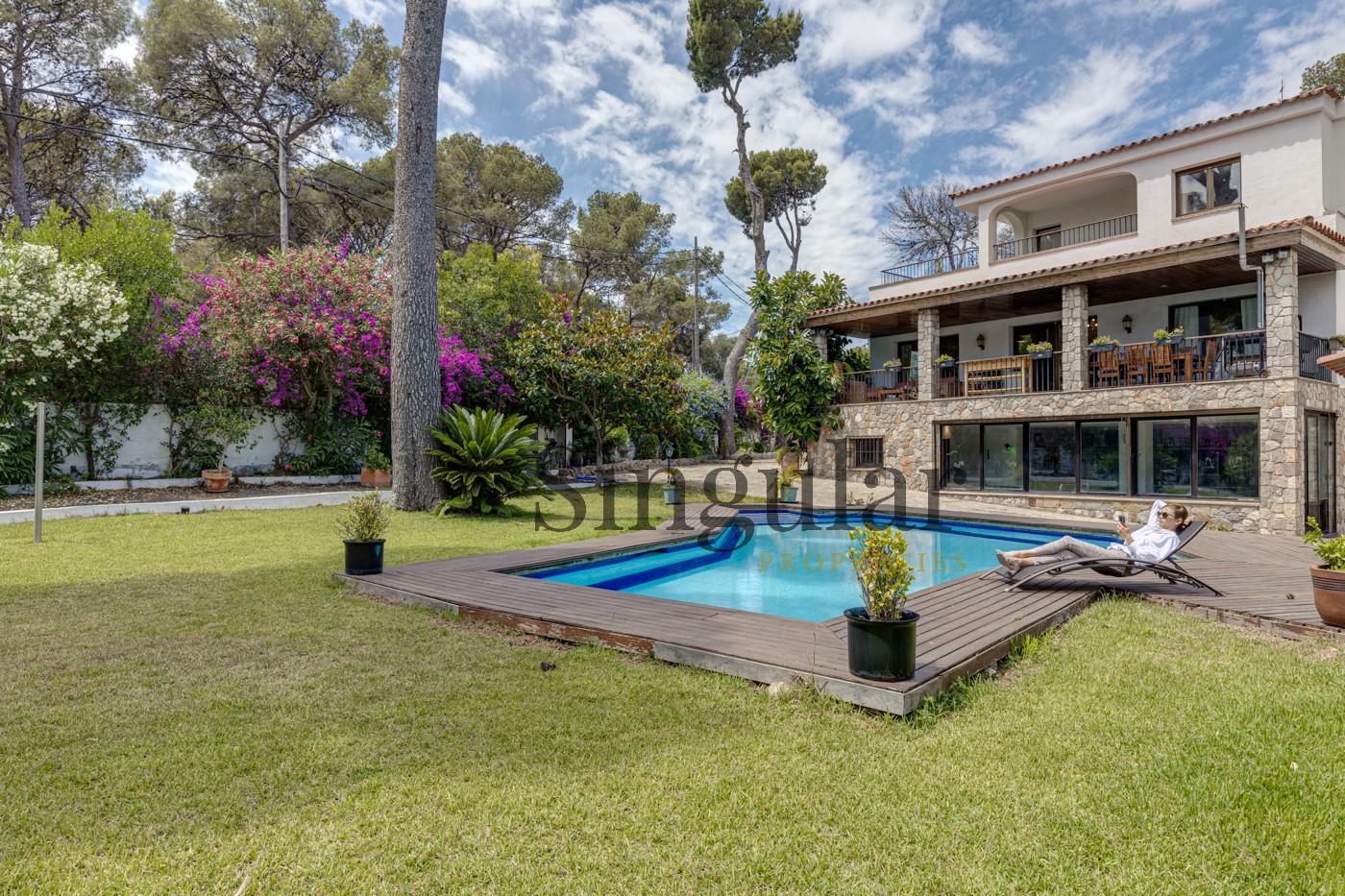 "<a href=""https://singularproperties.es/es/listing/impresionante-rodeada-vegetacion-piscina/"" target="""">Impresionante rodeada de vegetación y piscina</a>"